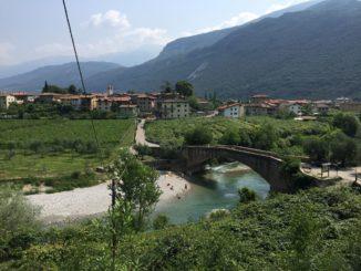 Blick ueber Dro mit Ponte Romana und das Sarca Tal