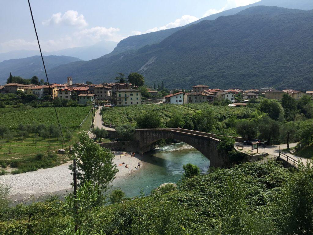 Der Ort Dro im Trentino im Tal der Sarca