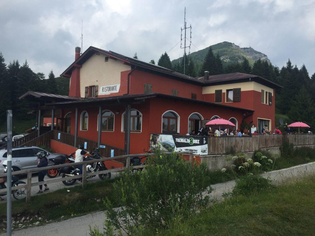 Rifugio Garda Tremalzo unterhalb des Gipfels